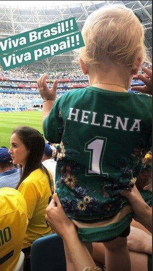 Momento fofura, a bebê Helena torcendo pelo papai, o goleiro Alisson