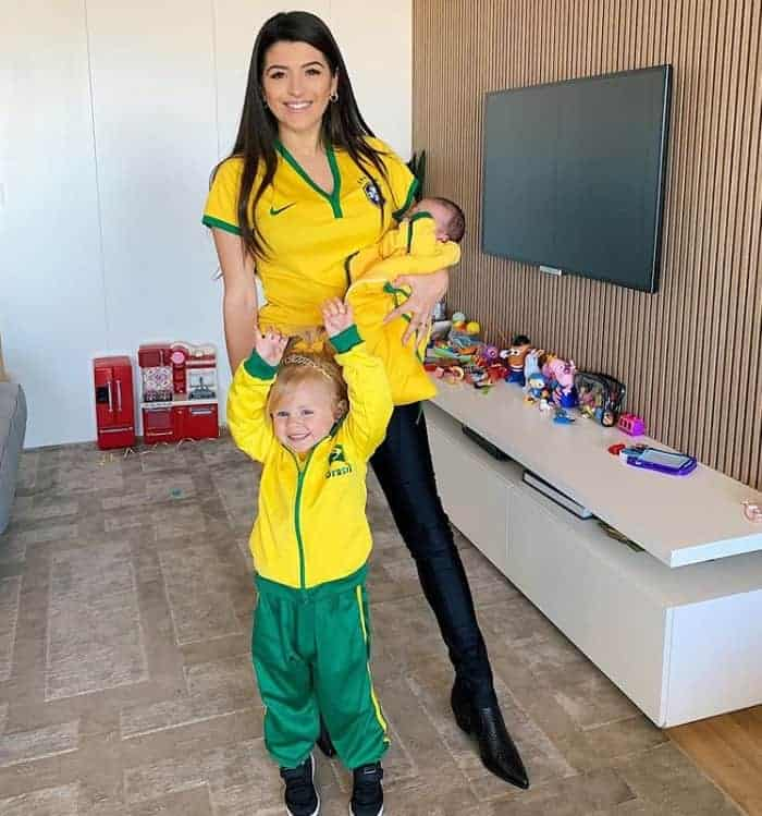 A filha do goleiro Alisson Becker encantou ao torcer pelo pai
