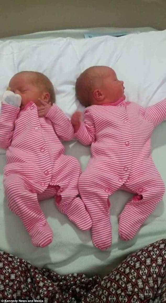 Essas são as gêmeas da mamãe Beth Bamford pouco após o parto