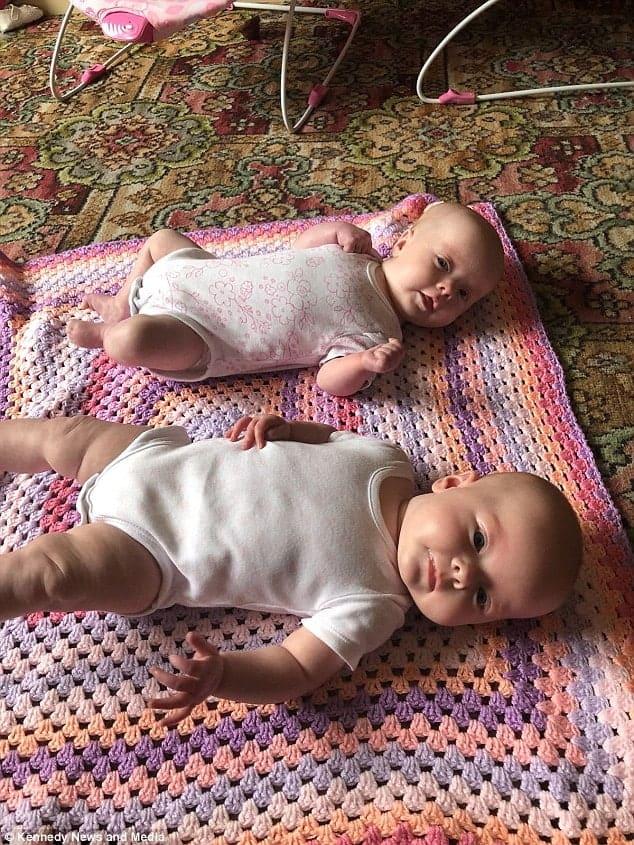 Foto das gêmeas de Beth Bamford atualmente