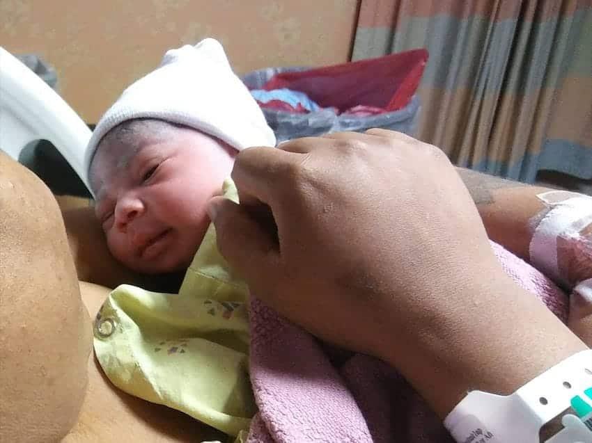 A bebê de Kendall Butler no seu colo