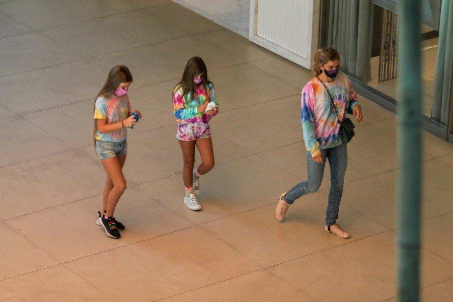 Grazi Massafera no shopping com a filha e uma amiguinha