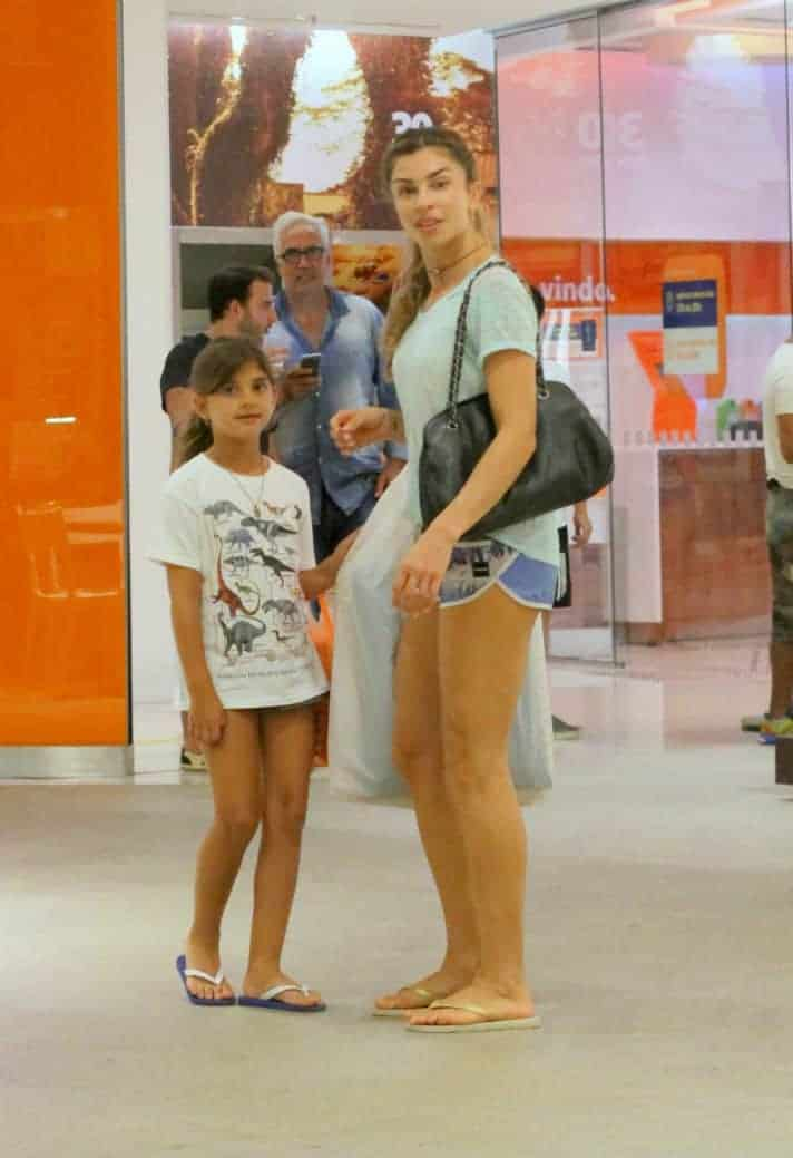 A atriz Grazi Massafera passeia com Sofia em shopping no Rio de Janeiro