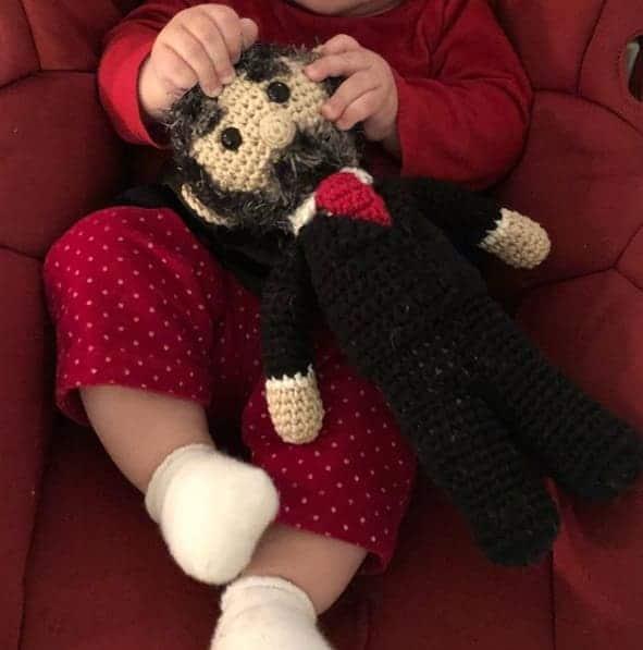 Nesta publicação a pequena Marieta com o boneco do ex-presidente Lula