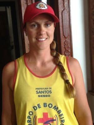 A guarda-vidas Roberta Alessandra Oliveira Costa salvou um menino de um pedófilo