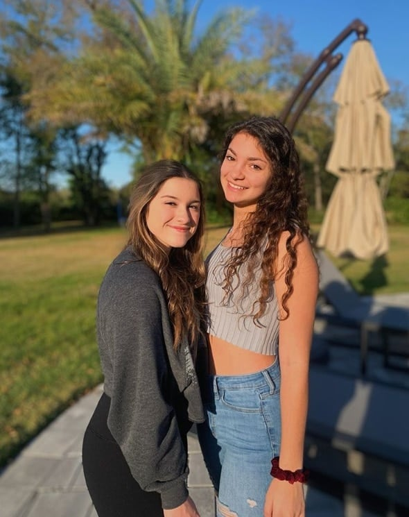 Filha de Gugu Liberato com uma amiga em foto rara