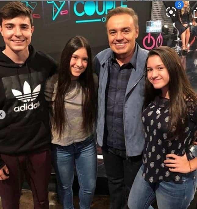 O apresentador Gugu Liberato com seus filhos