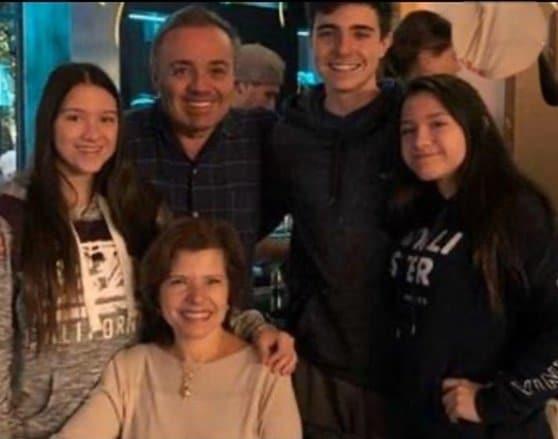 O apresentador Gugu Liberato com os filhos e Rose Miriam