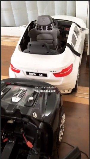Aqui o porsche e a BMW de brinquedo do pequeno Gabriel filho do Gusttavo Lima e da Andressa Suita