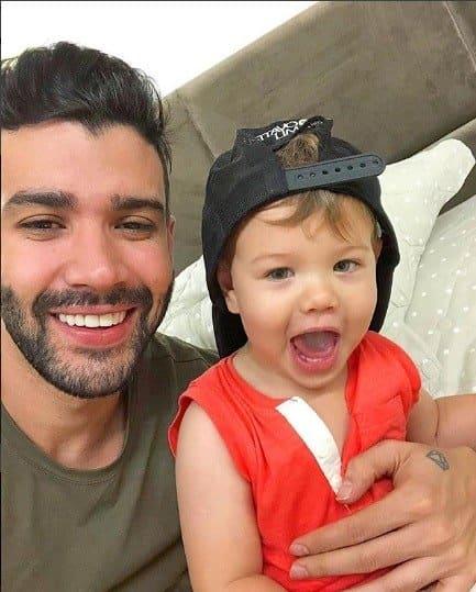 O fofo Gabriel com o boné do papai Gusttavo Lima