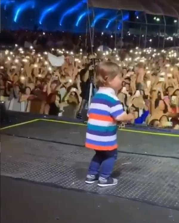 Veja Gabriel, filho do Gusttavo Lima, dando um show de carisma no palco