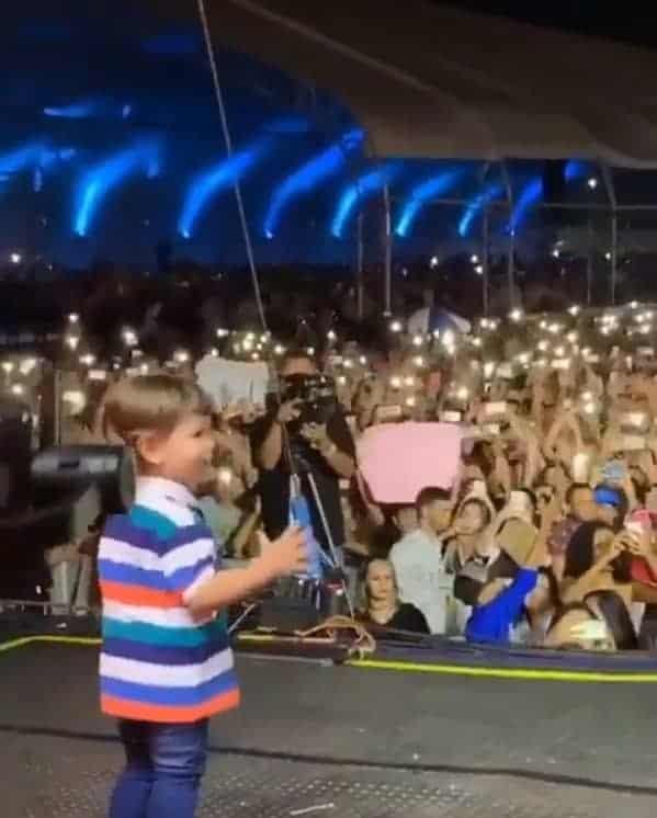 Registro do filho de Gusttavo Lima no palco de um show