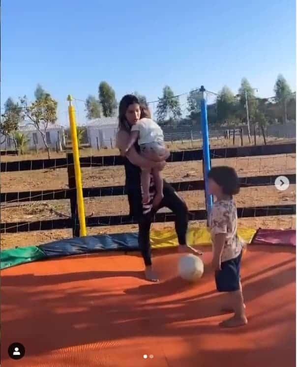 Andressa Suita brincando com seus filhos com o cantor Gusttavo Lima