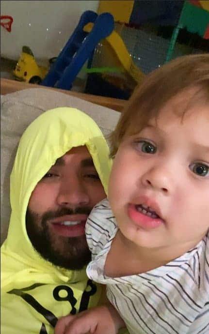 Gusttavo Lima com filho caçula e brinquedão dele ao fundo