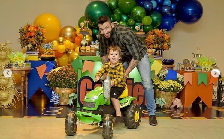 Gusttavo Lima com o pequeno Gabriel e o presente dele