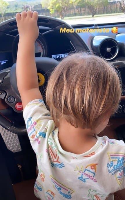 Filho de Gusttavo Lima na Ferrari do pai