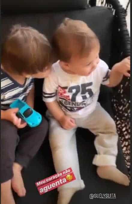 Filhos de Gusttavo Lima dando beijinhos um no outro
