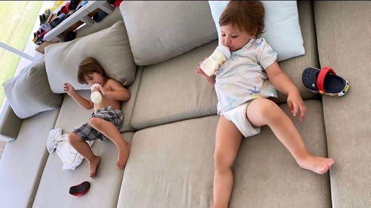 Filhos de Gusttavo Lima no sofá