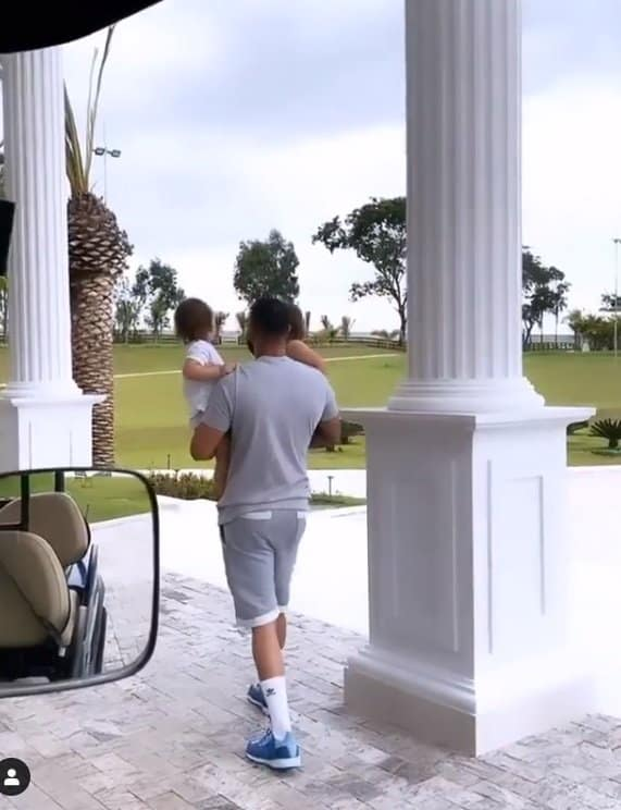 Cantor durante passeio pela mansão com os filhos