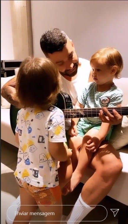 Gusttavo Lima em aula de violão com seus filhos