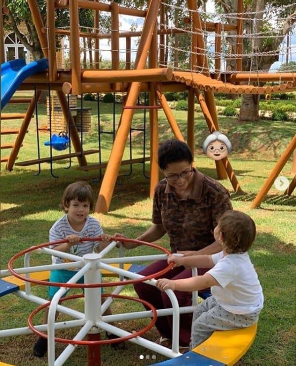 Bebês de Gusttavo Lima brincando no parquinho com a avó