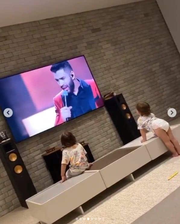 Filhos de Gusttavo Lima vendo DVD de seu pai
