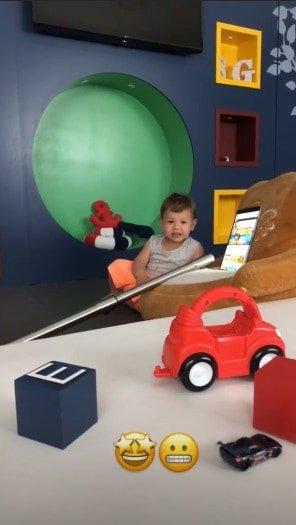 O bebê Gabriel brincando