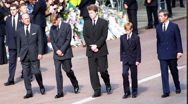 O caixão da mãe de Harry percorreu as ruas de Londres