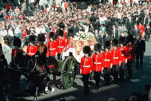 O caixão de Diana percorreu as ruas de Londres