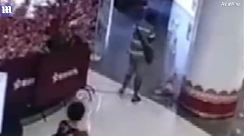 Bebê caiu no chão pouco após o homem tê-la chutado