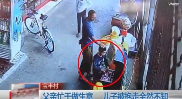 O menino foi sequestrado em meio a outras crianças