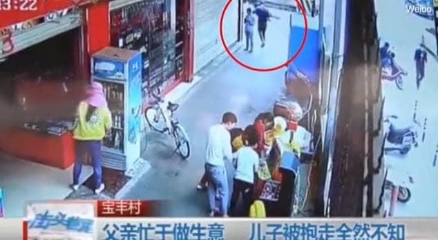 Homem sequestra menino