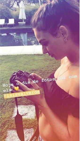 Isis Valverde publicou essa imagem de sua barriga de grávida