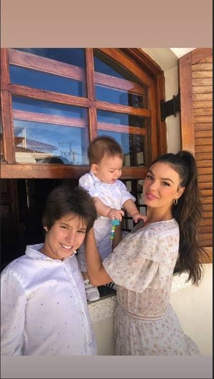 Menino Rael com a mãe Isis Valverde no batizado