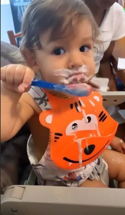 O bebê de Isis Valverde lambuzado de iogurte