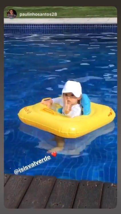 Bebê de Isis Valverde curtindo a piscina de sua casa