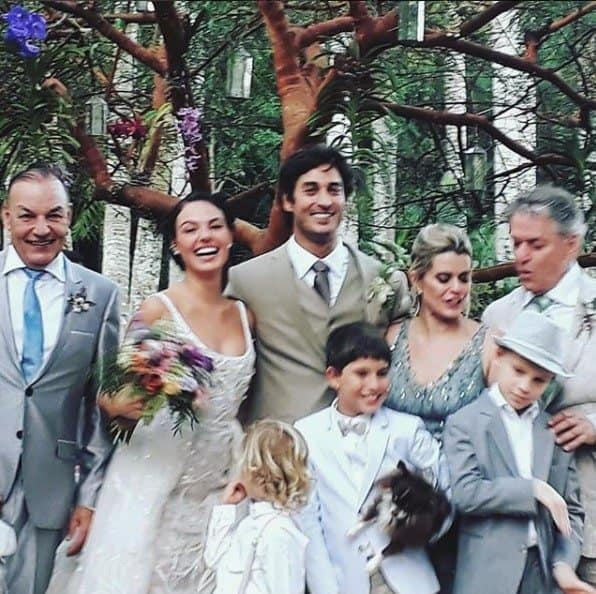 Foto após o casamento de Isis Valverde e seu marino André Resende