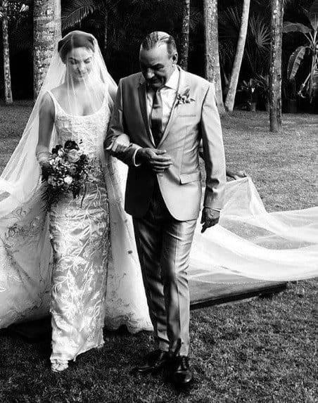 A atriz Isis Valverde com seu pai indo para o casamento
