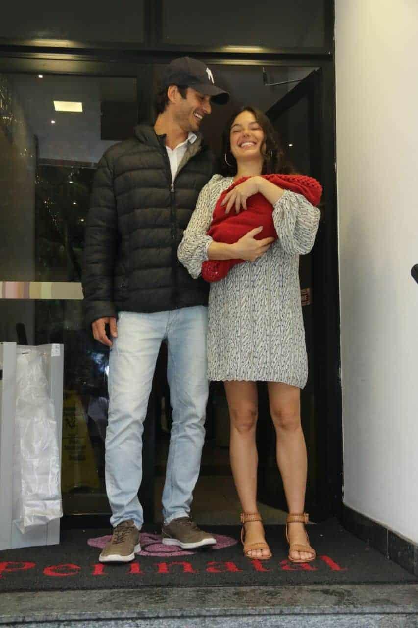 Uma foto em família na saída da maternidade, Rael no colo da mamãe Isis Valver e o papai André Resende