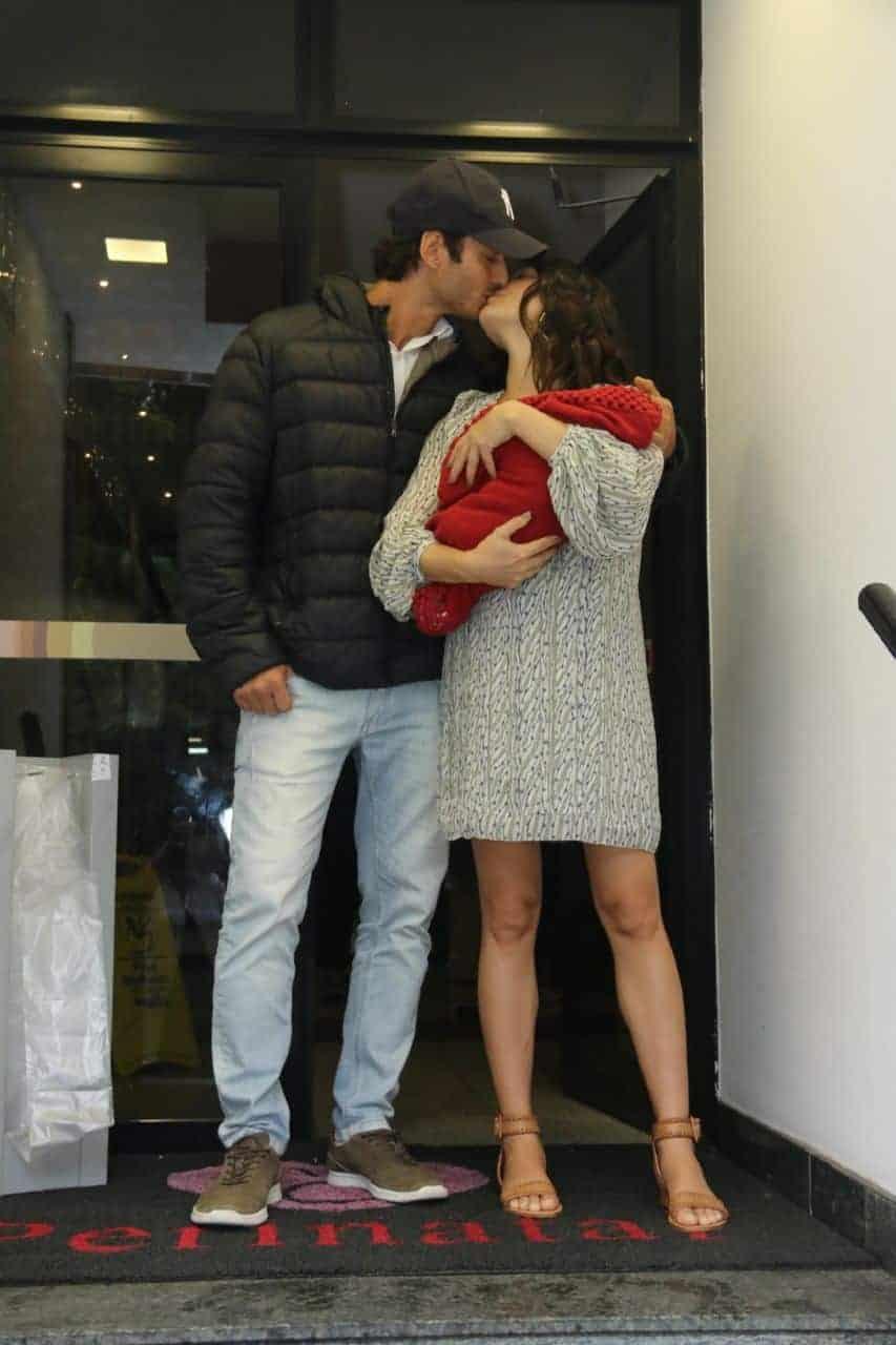 Isis Valverde com o bebê Rael no colo ganhou um beijo do marido André Resende