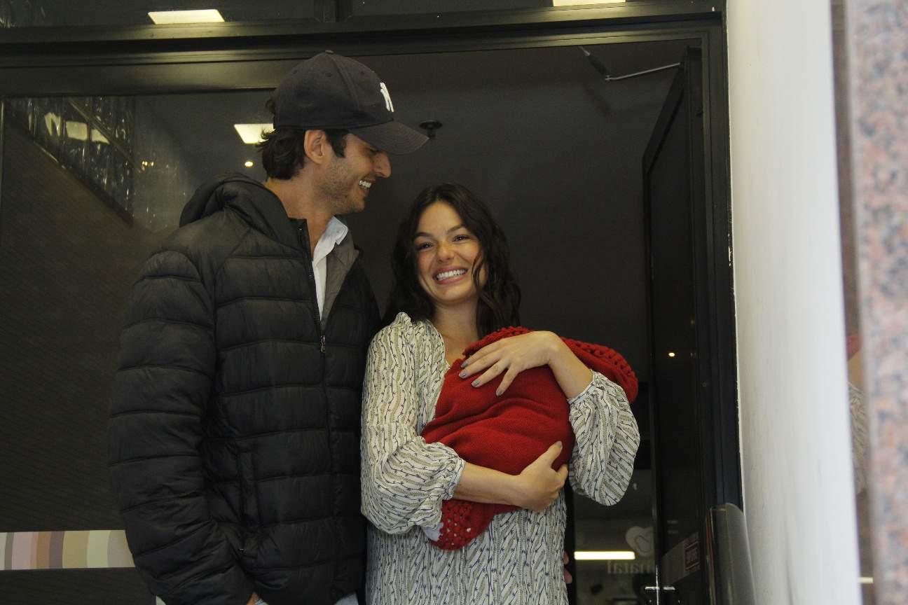 Isis Valverde saindo da maternidade com Rael e o marido
