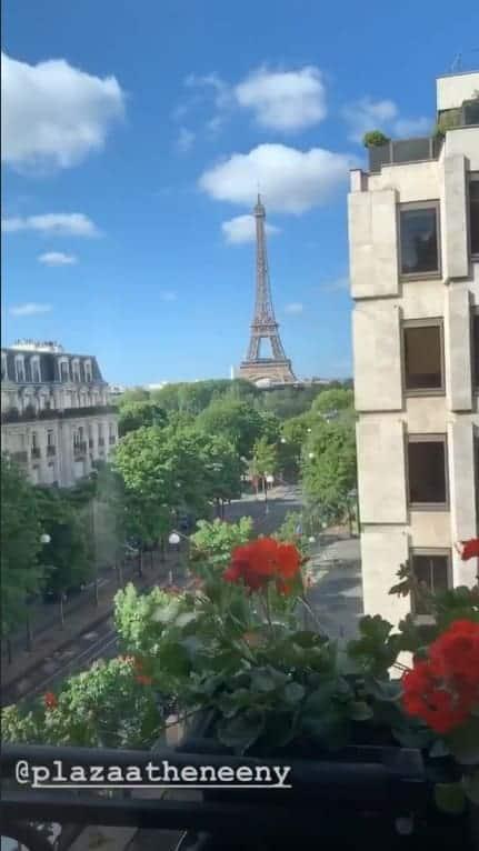 Isis Valverde posta vista de seu hotel, em Paris