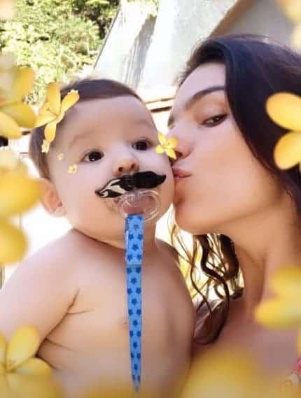 Isis Valverde divertiu ao mostrar o filho com um bigode de plástico