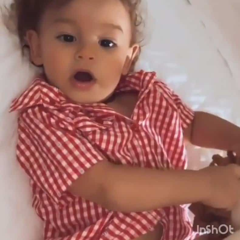Flagra que Isis Valverde fez de seu bebê