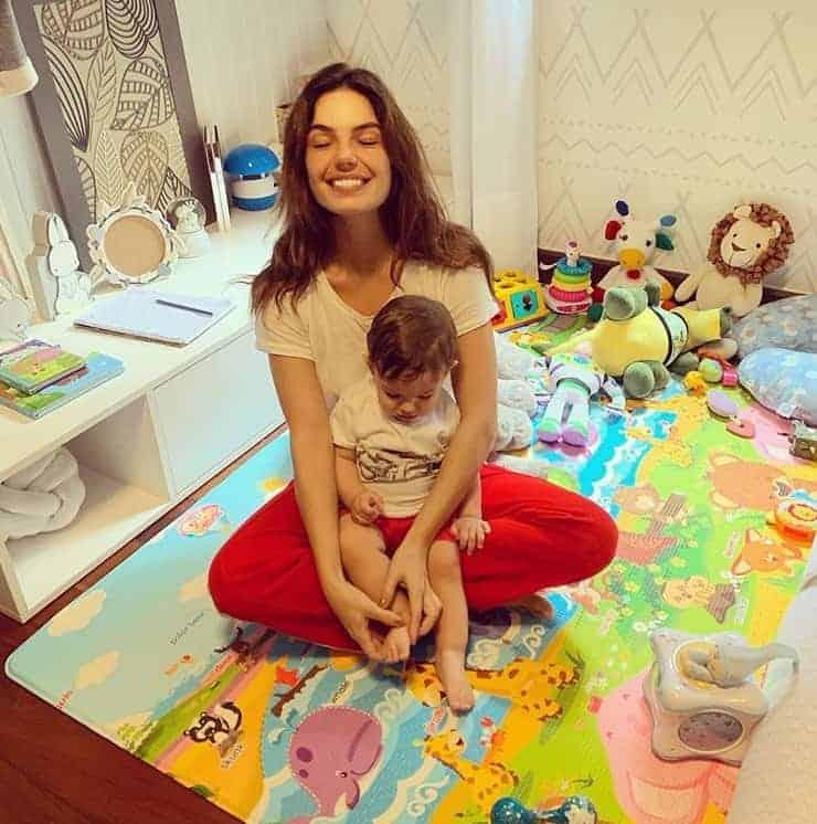 Isis Valverde e Rael no quarto do menino