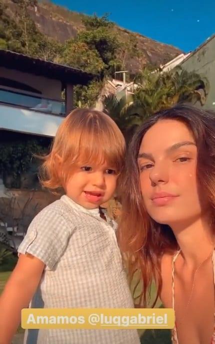 Isis Valverde com seu filho em frente a sua mansão