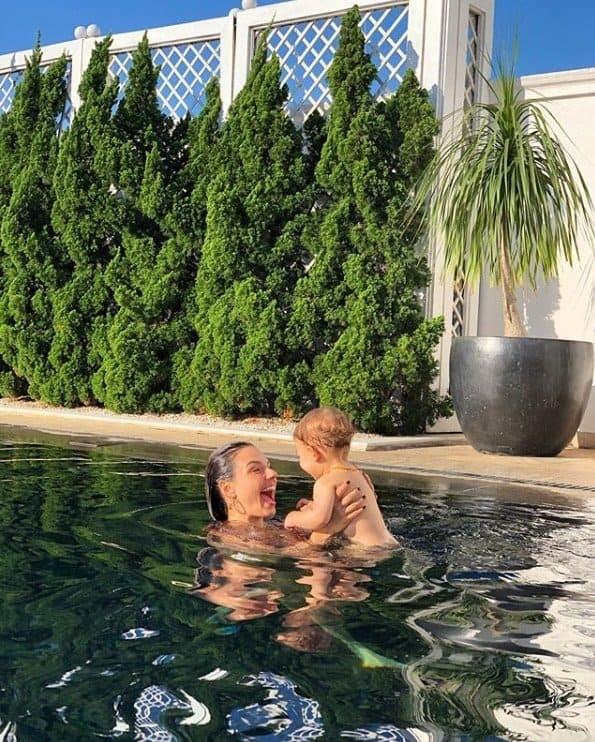 Isis Valverde curtindo a piscina com o pequeno Rael