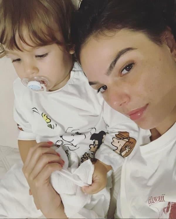 Isis Valverde em momento vida real com o filho
