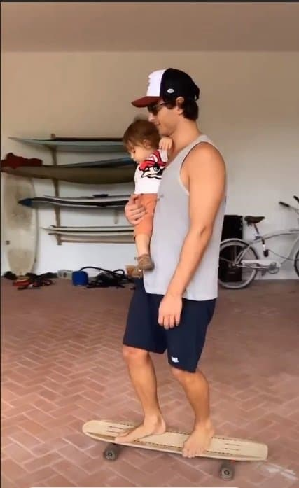 Filho de Isis Valverde no skate com o pai