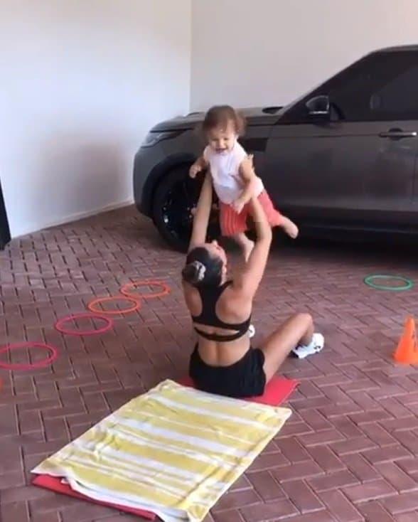 A atriz durante exercícios com o pequeno Rael